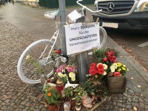 Weißes Geisterrad zur Erinnerung an einen tödlichen Verkehrsunfall.
