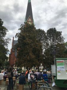 Viele Menschen beim Kiezgespräch auf dem Karl-August-Platz.
