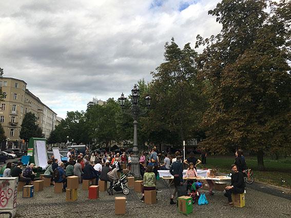 Leute aus dem Kiez nehmen am 1. Kiezgespräch teil, um ihre VOrstellungen eines lebenswerten Kiezes zu sammeln und zu formulieren.