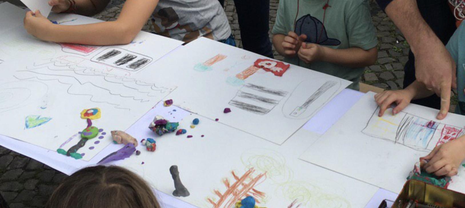 Kinder beim Malen ihrer Wünsche für den Karl-August-Kiez, Charlottenburg.