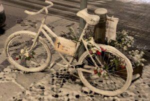 Geisterrad – Mahnung für mehr Sicherheit im Straßenraum. Die Schneeräumpflicht wird auch für Fahrräder missachtet.