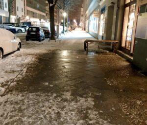 Eis auf dem Gehweg ist eine große Gefahr. Die Schneeräumpflicht sollte inhaltlich verstanden werden.