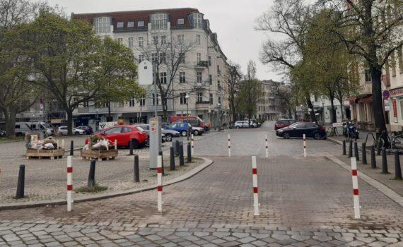 Krumme Straße am Feiertagmorgen.