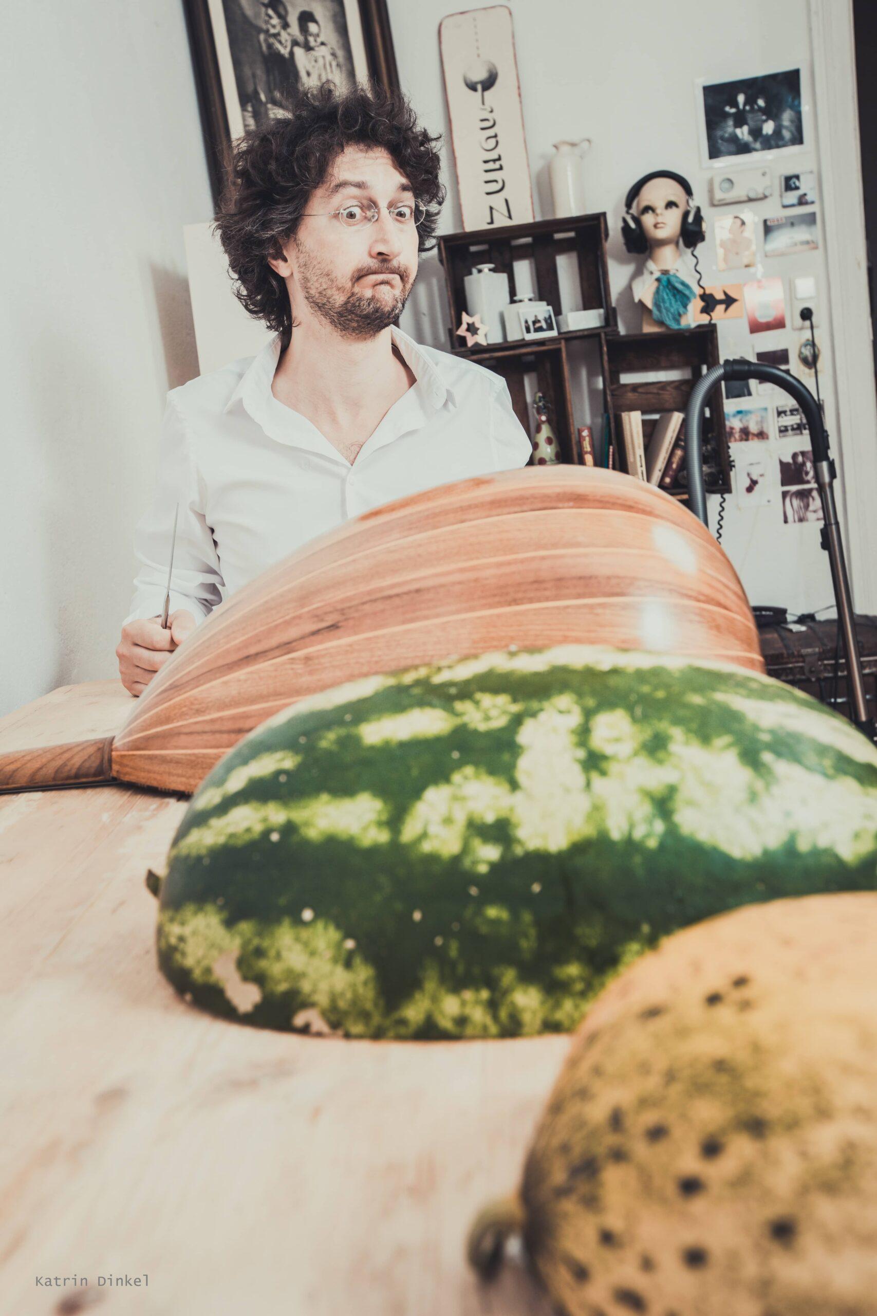 Andrea Mozzato mit Instrument und Melonen.