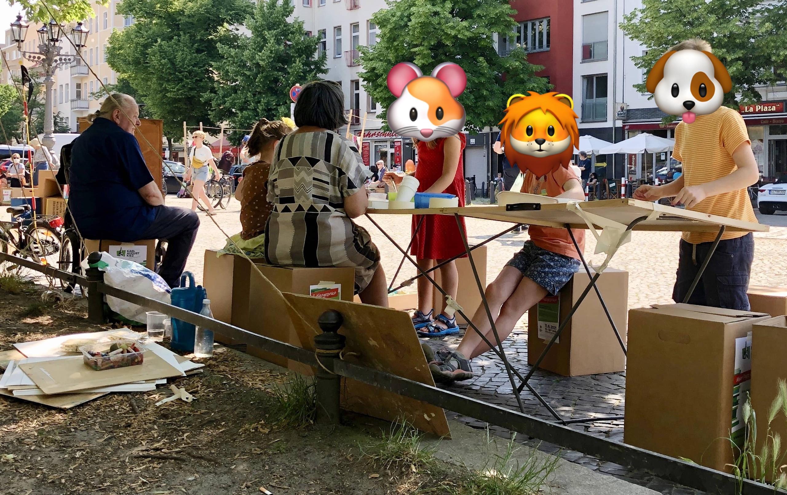 Kinder malen auf dem Karl-August-Platz ihre Wünsche für die Platzgestaltung.
